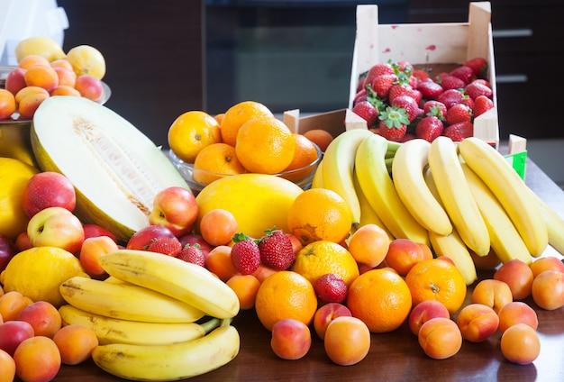 Montón de varias frutas frescas