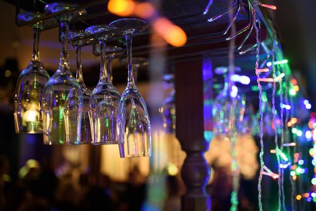 Un montón de vasos en el bar