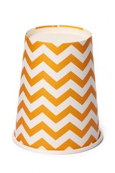 Montón de vasos de cartón con diseño geométrico beige.
