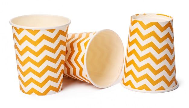 Montón de vasos de cartón con patrón geométrico beige aislado en blanco