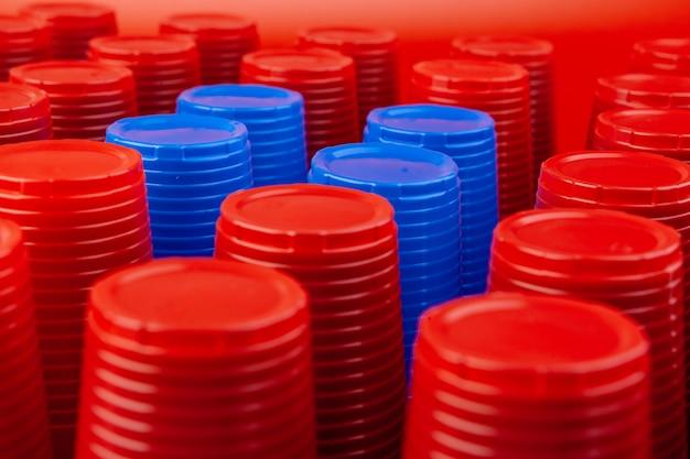 Un montón de vasos coloridos de plástico vacías de cerca