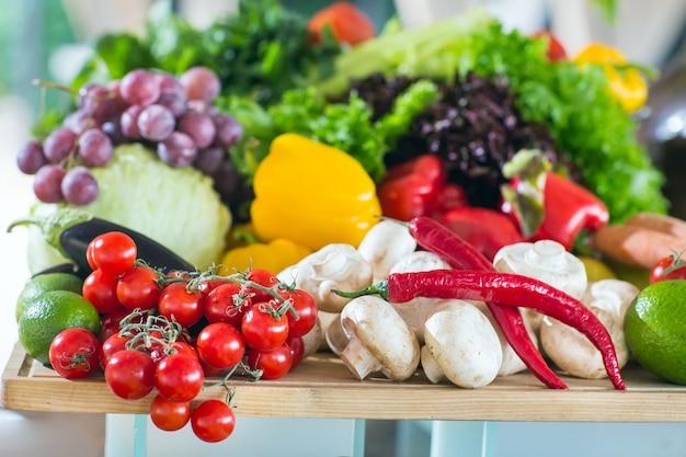 Un montón de verduras sobre la mesa.