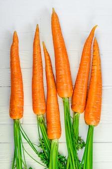 Un montón de zanahorias en blanco