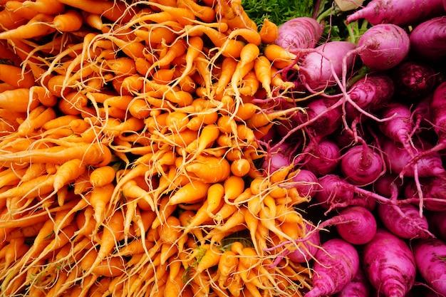 Un montón de zanahorias pequeñas en el mercado