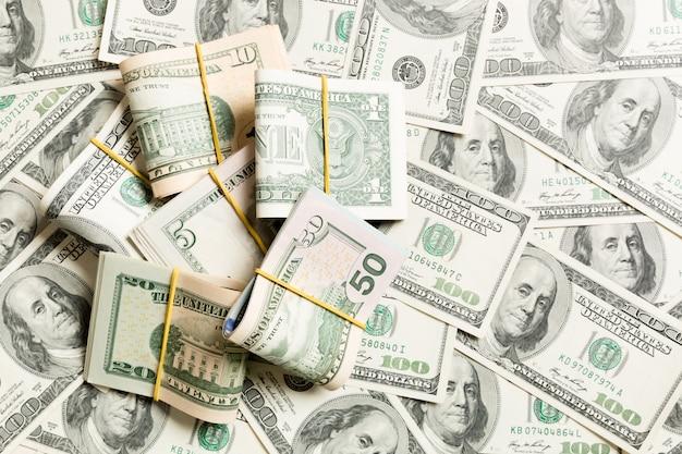 Montones de billetes de cien dólares en primer plano sobre fondo de dólar concepto empresarial vista superior con espacio de copia