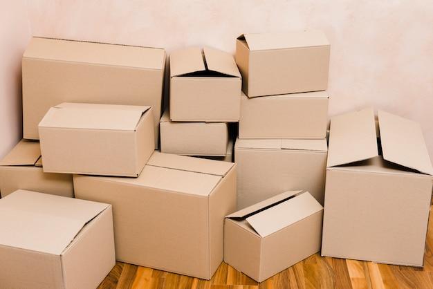 Montones de cajas de cartón en piso.