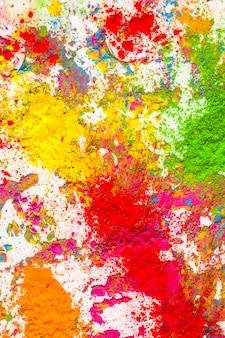 Montones de colores secos naranja, amarillo, verde y rojo.