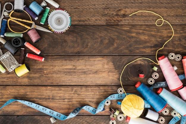 Montones de diversos suministros de costura