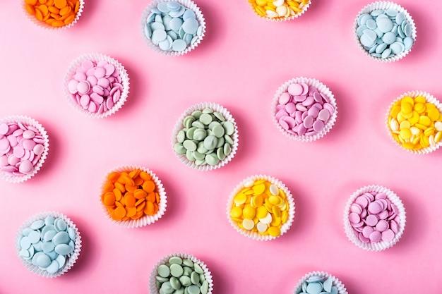 Montones de gotas de chocolate multicolores