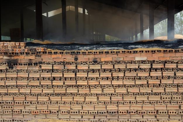 Montones de ladrillos colocados en el piso de la fábrica.