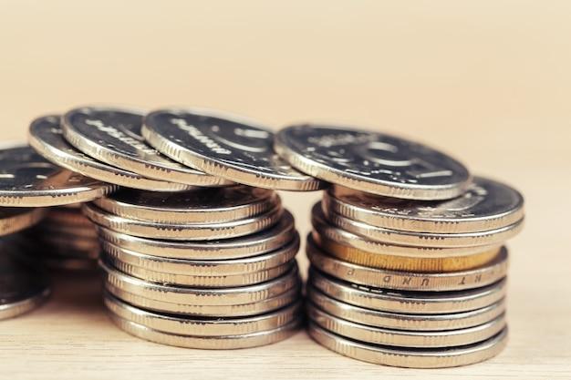 Montones de monedas en la mesa de trabajo