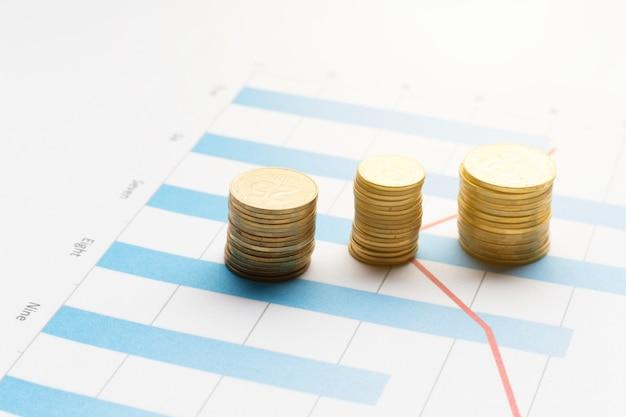 Montones de monedas en la parte superior del gráfico