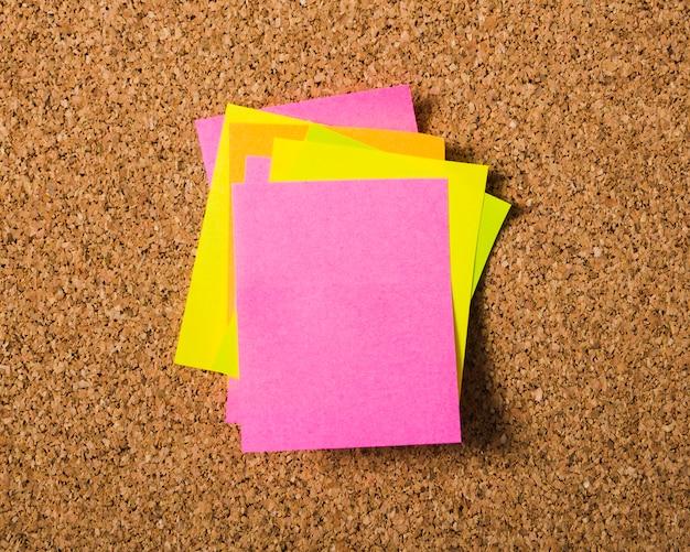 Montones de notas de palo en el tablero de corcho