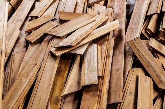 Montones de tablón de madera en el fondo de color de la naturaleza