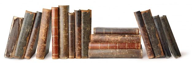 Montones de viejos libros aislados