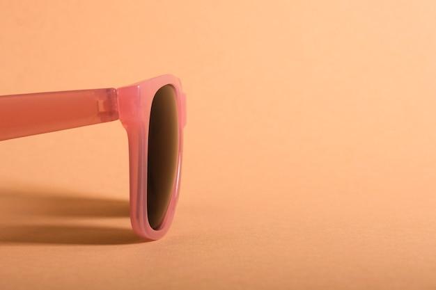 Montura de color de primer plano con lentes