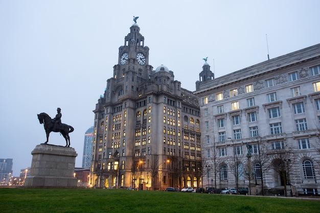 El monumento al rey eduardo vii y el edificio del hígado, liverpool, inglaterra