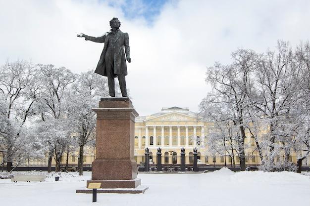Monumento a aleksander pushkin en la plaza de las artes en invierno, san petersburgo, rusia.