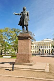 Monumento a alexander pushkin en la plaza de las artes frente al museo ruso (palacio mikhailovsky) en san petersburgo, rusia