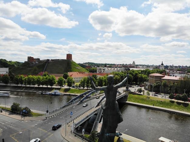 Monumento en la azotea a orillas del río de vilnus. capital de lituania, europa. fotografía de drones.