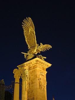 El monumento en budapest en la noche, hungría