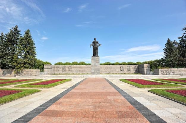 El monumento en el cementerio conmemorativo piskarevskoye en san petersburgo, rusia