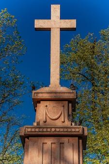Monumento de la cruz a la santísima trinidad en honor al primer levantamiento serbio en la plaza del rey pedro en pancevo, serbia