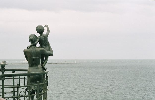 Monumento a la esposa marinero en el puerto marítimo de odessa