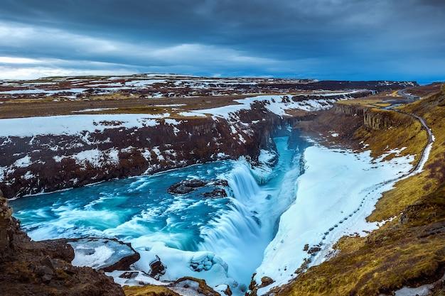 Monumento famoso de la cascada de gullfoss en islandia.