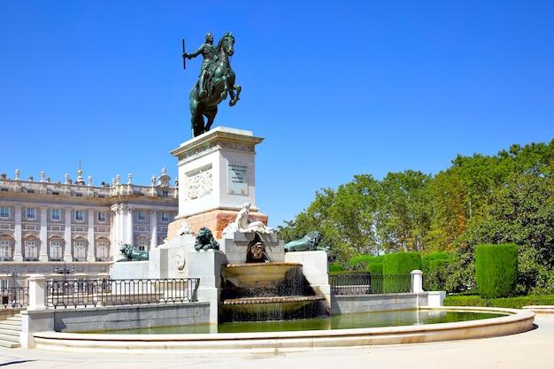 Monumento de felipe iv (inaugurado en 1843) en la plaza de oriente en madrid, españa.