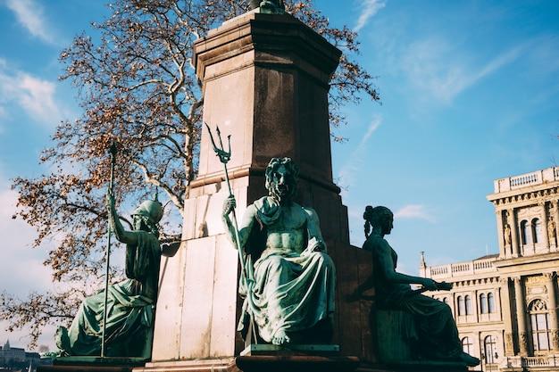 Monumento a ferenc deakin budapest con el telón de fondo de un edificio antiguo