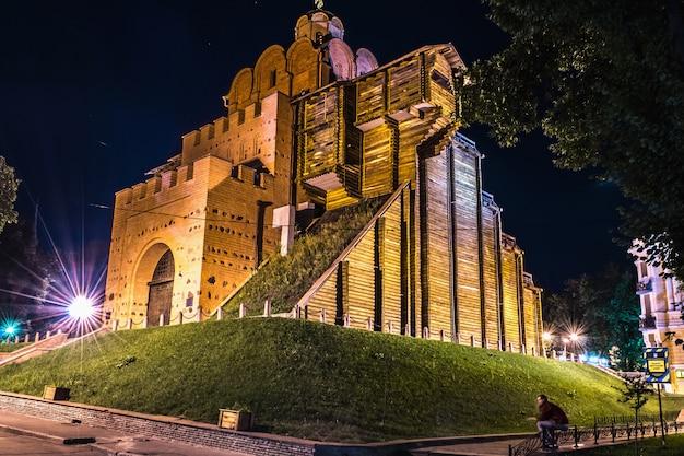 Monumento de golden gate en kiev en la noche. vista de calle