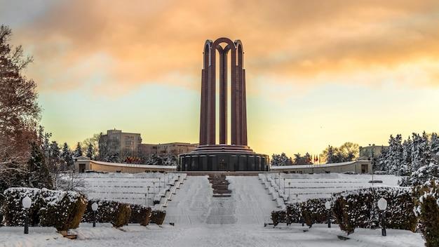 Monumento de hierro en el parque carol