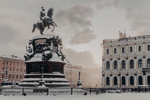 Monumento a nicolás i en la plaza de san isaac en san petersburgo en rusia. monumento histórico durante el clima invernal