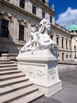 El monumento en el palacio belvedere en viena, austria.