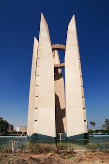 Monumento en la presa de asuán, egipto