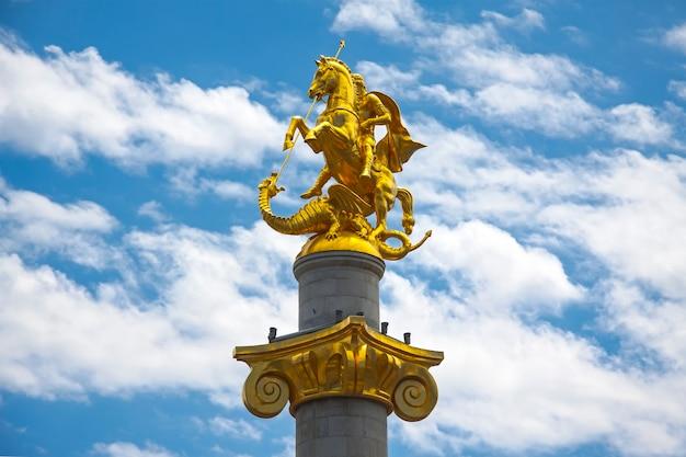 Monumento a san jorge en la plaza de la libertad en tbilisi, georgia.