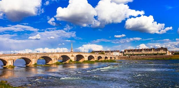 Monumentos históricos de francia - ciudad histórica de blois, vista con puente. río loira