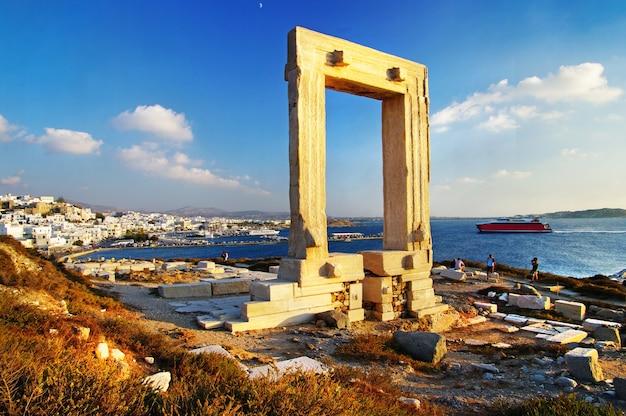 Monumentos históricos de grecia - antiguas puertas de potara ruinas del templo de apolo en la isla de naxos, cícladas
