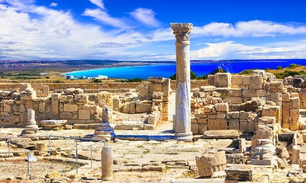 Monumentos históricos de la isla de chipre antiguo, ruinas del templo kurion y columna griega clásica