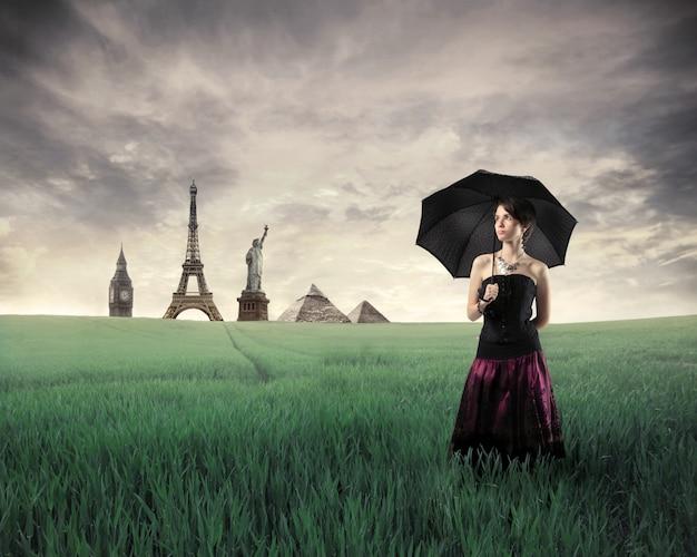 Monumentos históricos y una mujer elegante.
