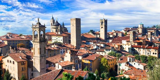 Monumentos del norte de italia. ciudad medieval de bérgamo. vista panorámica con torres