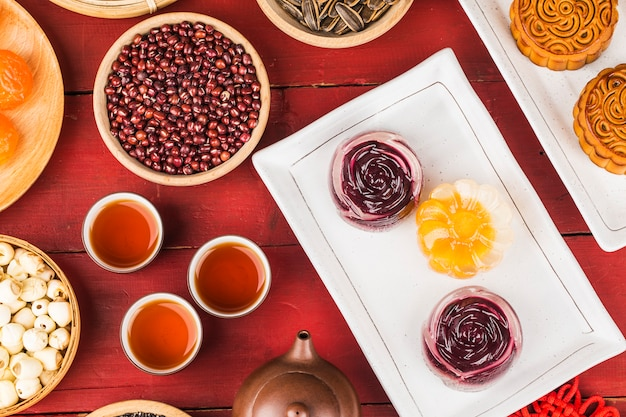 Mooncakes tradicionales en mesa con taza de té.
