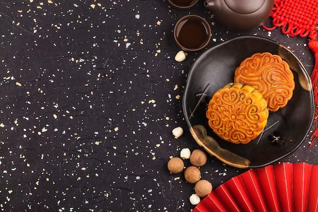 Mooncakes tradicionales en mesa con taza de té