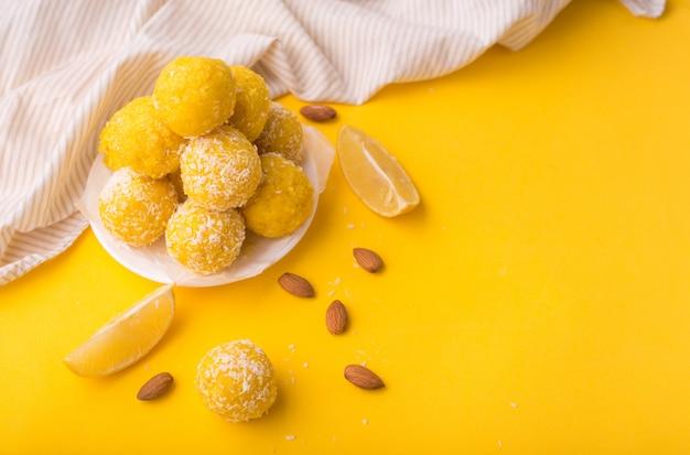 Mordeduras de granola de energía orgánica saludable con limón, nueces y miel: comida o merienda vegetariana cruda vegana