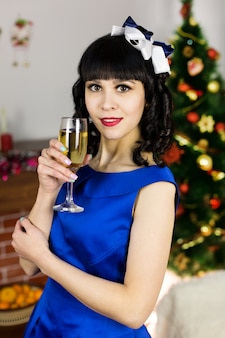 Morena con una copa de champán para navidad.