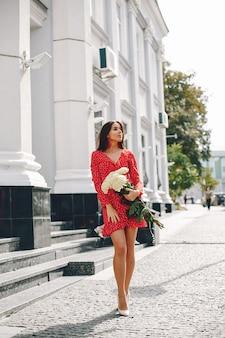 Morena elegante en una ciudad de verano.