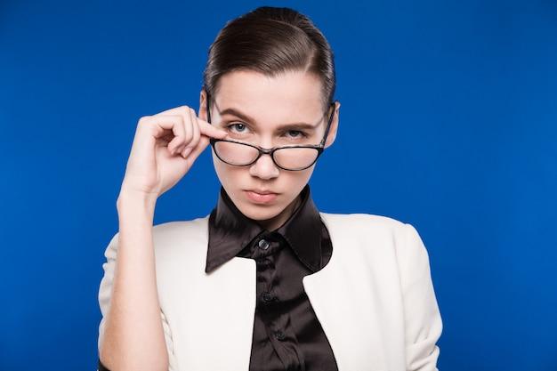 Morena con gafas