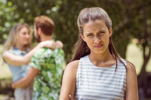 Morena molesta al ver novio con otra chica