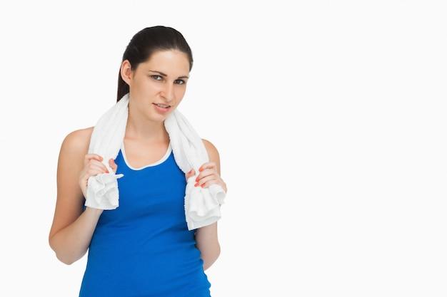 Morena en ropa deportiva con una toalla.